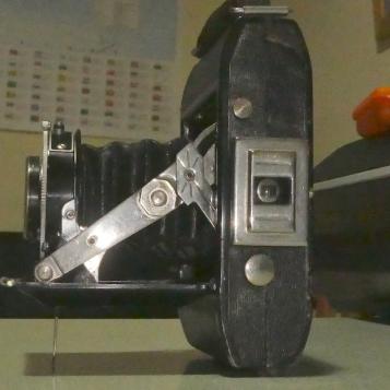 Dehel 6x4.5 folding camera, side view www.oldcamera.blog